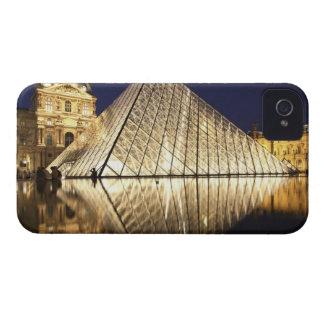 The night view of the glass Pyramid of Musee du iPhone 4 Cover