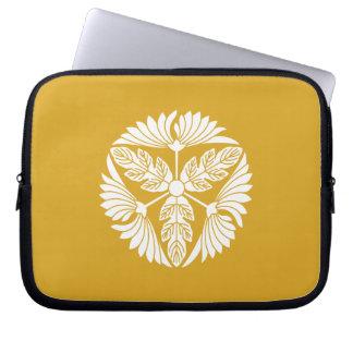 Three leaf chrysanthemums laptop sleeve