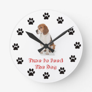 Time to feed the dog Beagle Round Clock