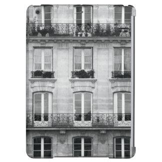 Travel | Black and White Vintage Building In Paris