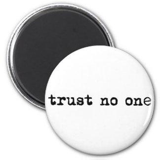 TRUST NO ONE 6 CM ROUND MAGNET