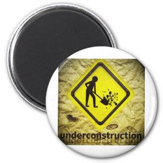 under construction sign 6 cm round magnet