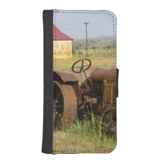 USA, Oregon, Shaniko. Rusty vintage tractor in iPhone SE/5/5s Wallet Case