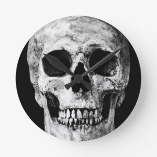 Weathered Old Skull - Black & White Round Clock