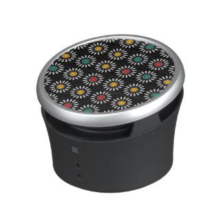 White daisies pattern bluetooth speaker