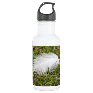 white feather on meadow 532 ml water bottle