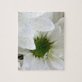 White puzzle with a daisy