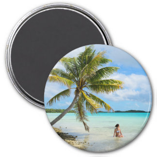 Woman under a palm tree round magnet