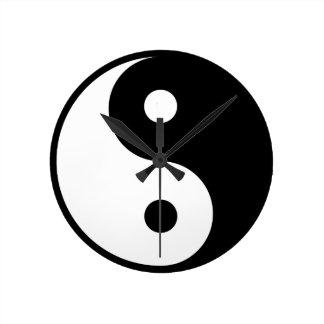 yin yang Basic Line Round Clock